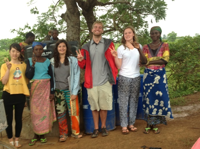 Team Shak (Victoria, Eda, Jacob & Hailey) peacesigning with their lady entrepeneurs, Mary & Fushiena on their opening day in Vogyili